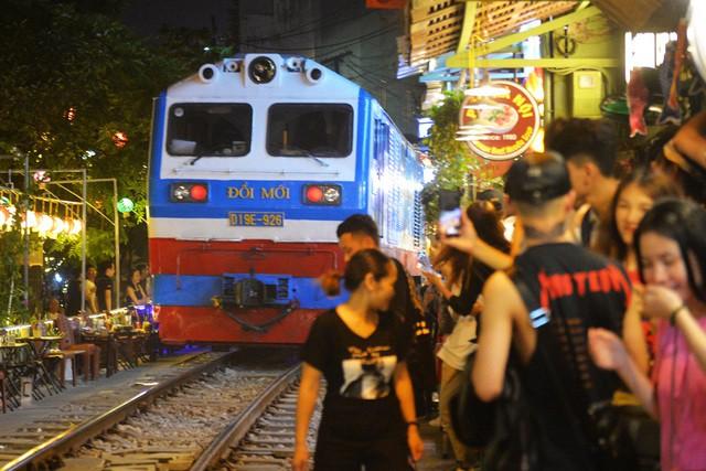 Xóm đường tàu phố cổ Hà Nội thành điểm chơi đêm nhộn nhịp - Ảnh 6.