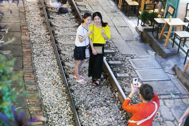 Xóm đường tàu phố cổ Hà Nội thành điểm chơi đêm nhộn nhịp - Ảnh 9.