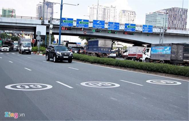 TP HCM sơn biển báo tốc độ lên mặt đường như ở nước ngoài - Ảnh 1.