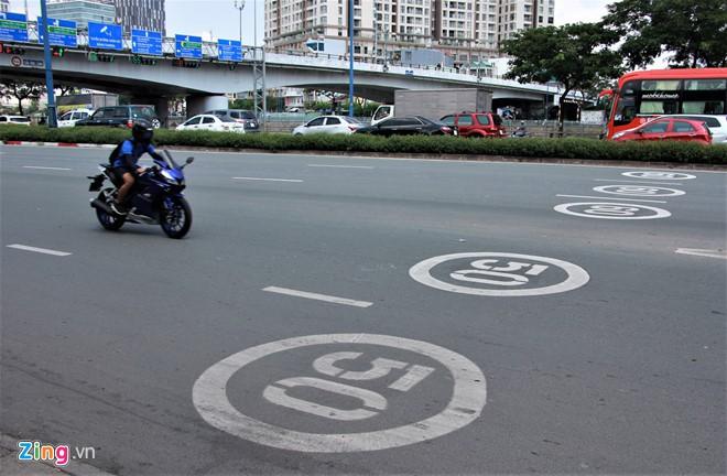 TP HCM sơn biển báo tốc độ lên mặt đường như ở nước ngoài - Ảnh 2.