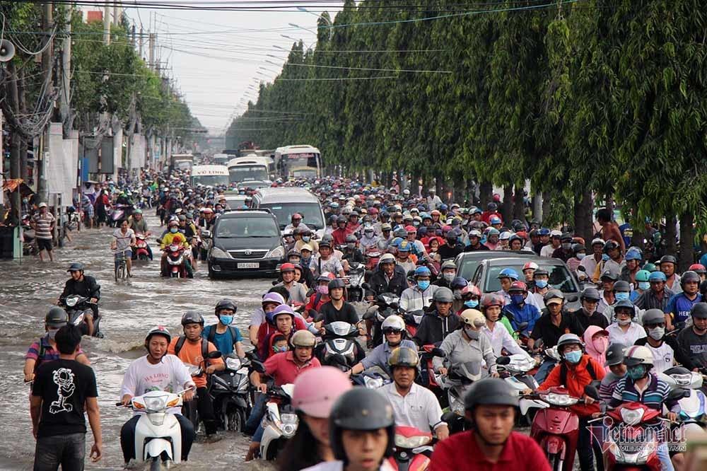 Cả dòng người cưỡi xe máy vượt biển nước Cần Thơ - Ảnh 2.