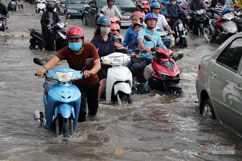 Cả dòng người cưỡi xe máy vượt biển nước Cần Thơ - Ảnh 11.