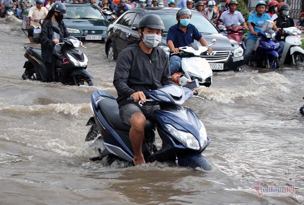 Cả dòng người cưỡi xe máy vượt biển nước Cần Thơ - Ảnh 12.