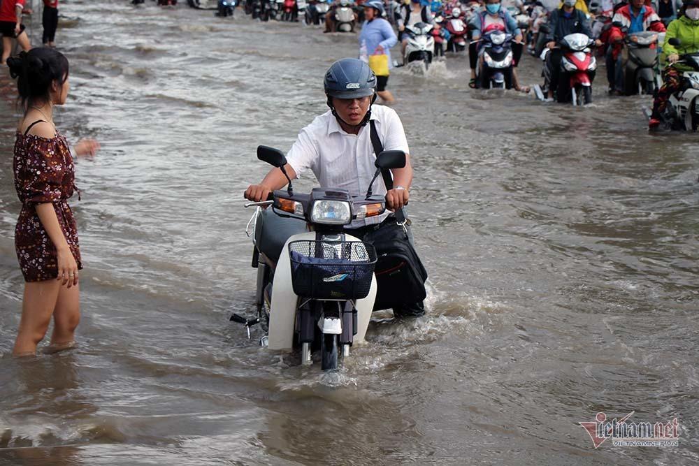 Cả dòng người cưỡi xe máy vượt biển nước Cần Thơ - Ảnh 13.