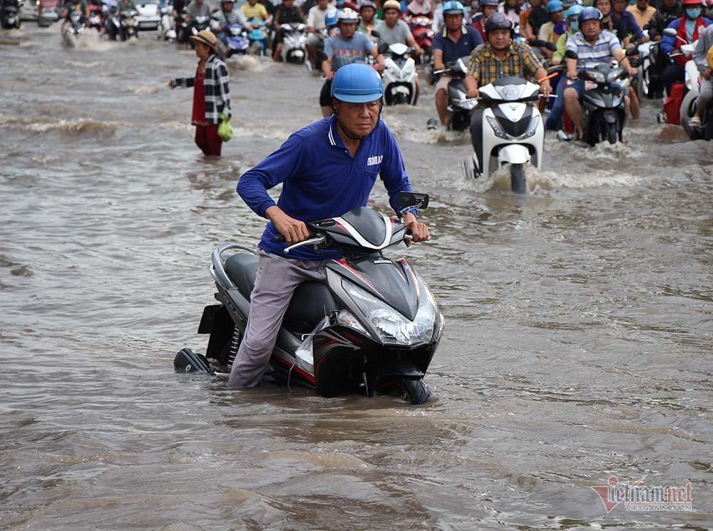 Cả dòng người cưỡi xe máy vượt biển nước Cần Thơ - Ảnh 15.