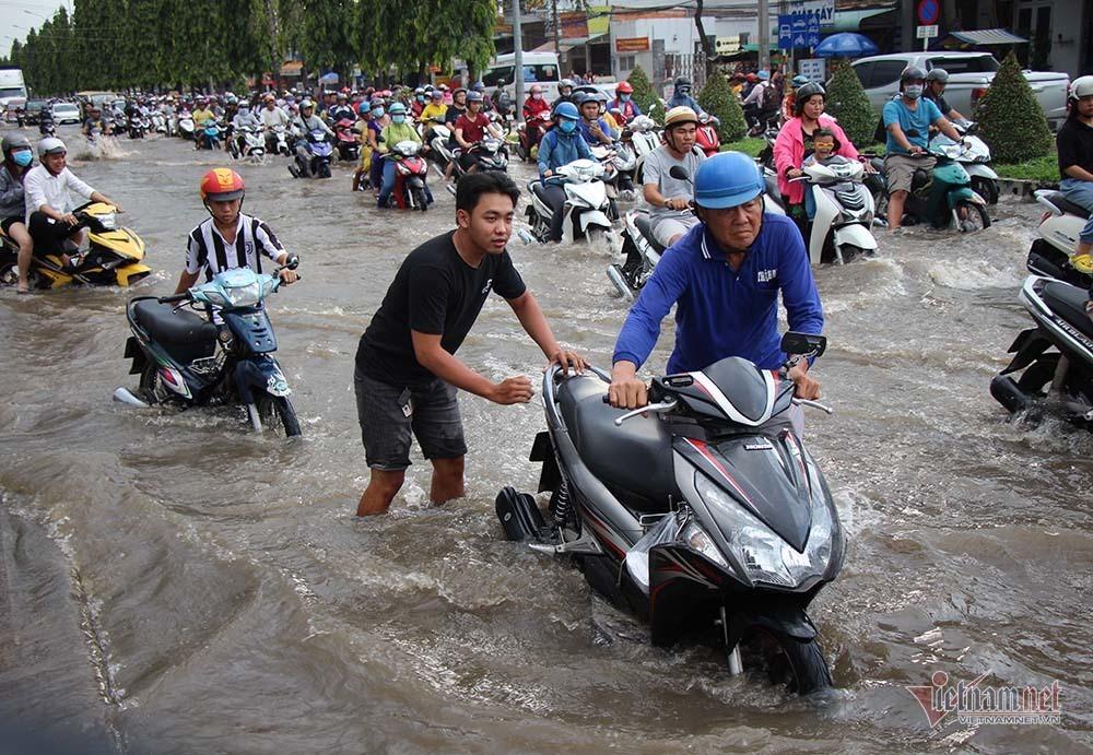 Cả dòng người cưỡi xe máy vượt biển nước Cần Thơ - Ảnh 16.
