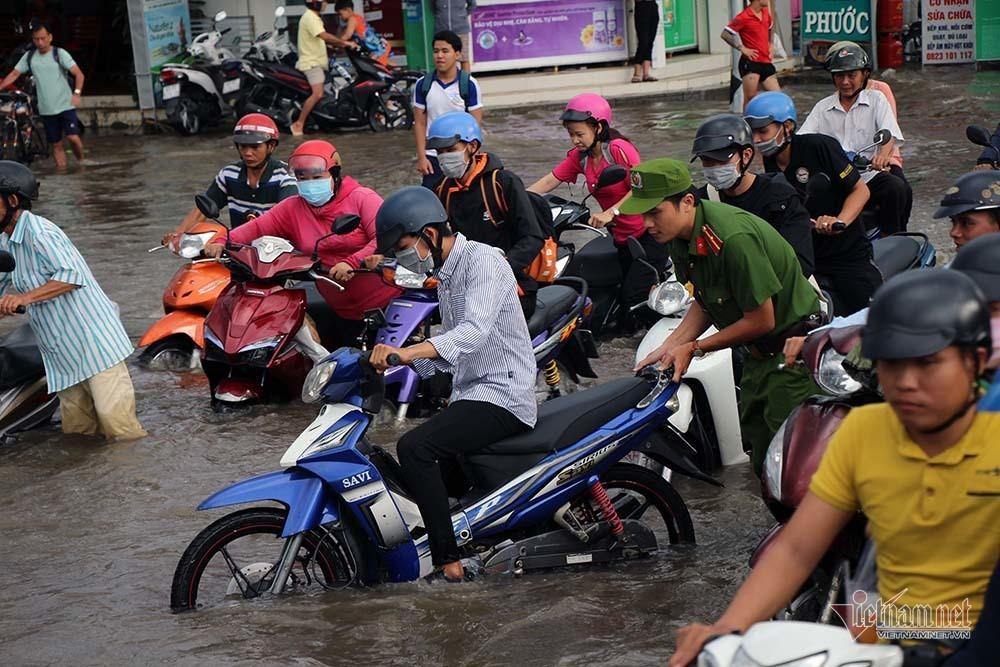 Cả dòng người cưỡi xe máy vượt biển nước Cần Thơ - Ảnh 17.