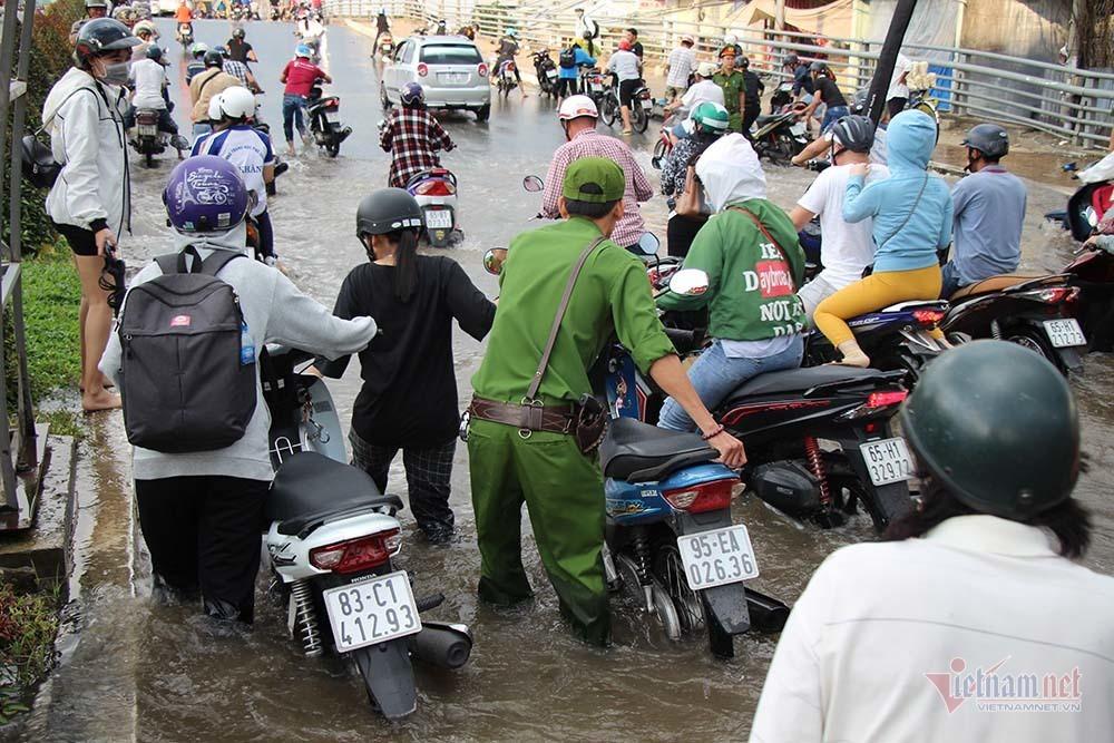 Cả dòng người cưỡi xe máy vượt biển nước Cần Thơ - Ảnh 18.