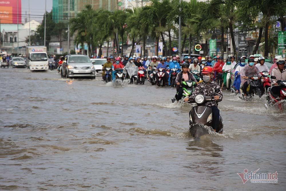 Cả dòng người cưỡi xe máy vượt biển nước Cần Thơ - Ảnh 20.