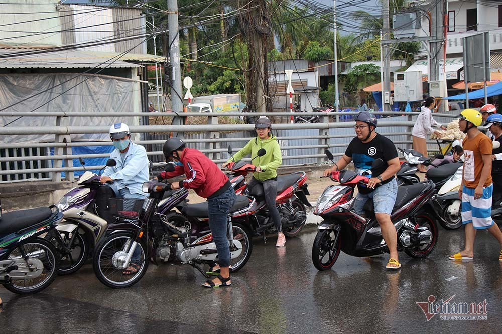 Cả dòng người cưỡi xe máy vượt biển nước Cần Thơ - Ảnh 21.