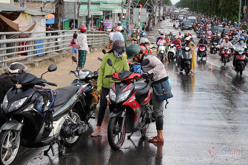 Cả dòng người cưỡi xe máy vượt biển nước Cần Thơ - Ảnh 22.