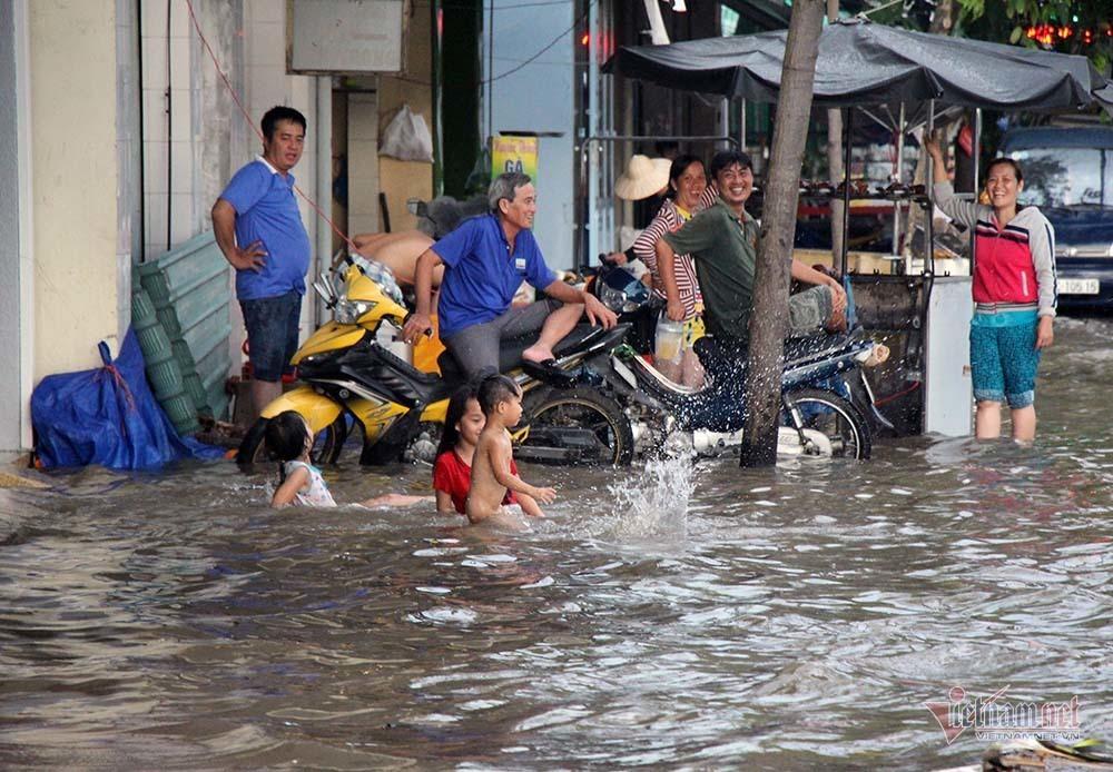 Cả dòng người cưỡi xe máy vượt biển nước Cần Thơ - Ảnh 24.