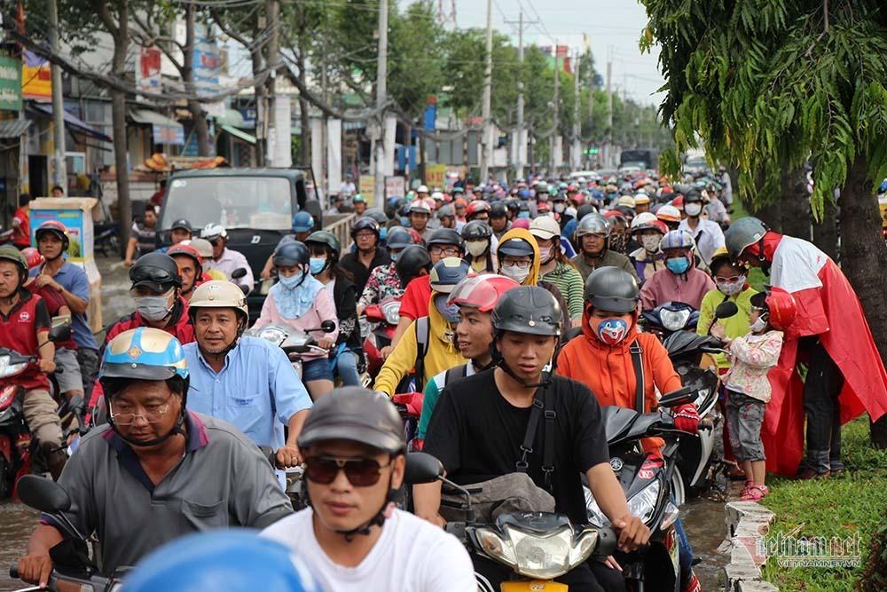 Cả dòng người cưỡi xe máy vượt biển nước Cần Thơ - Ảnh 26.