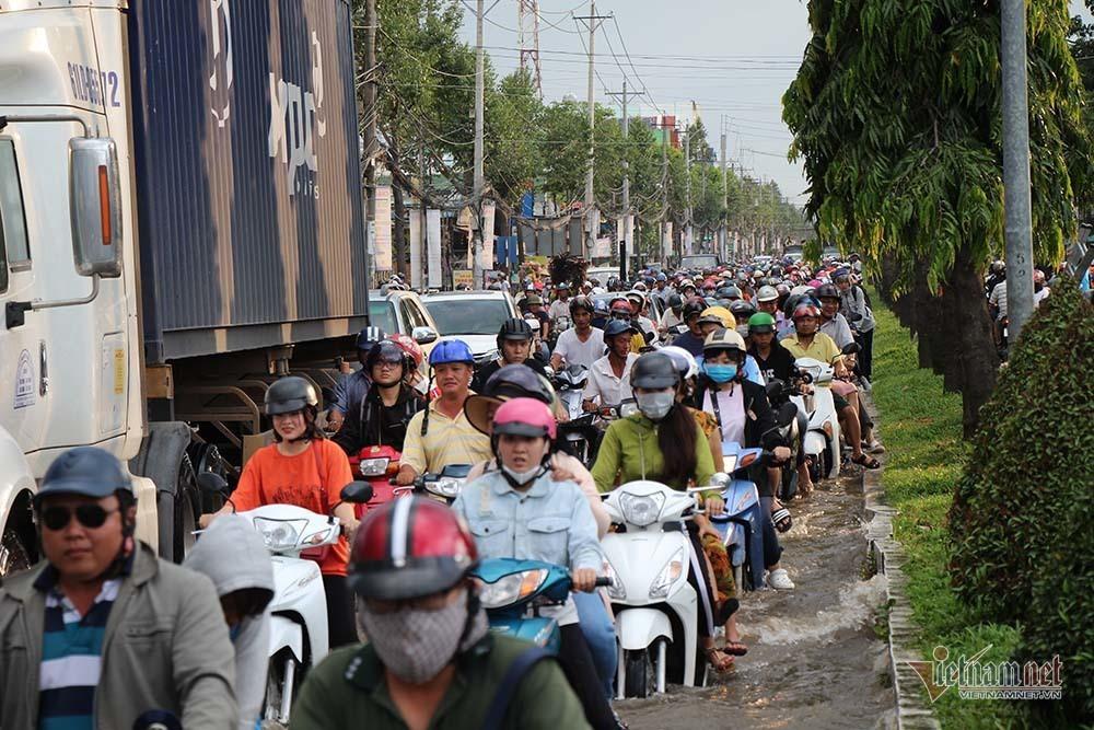 Cả dòng người cưỡi xe máy vượt biển nước Cần Thơ - Ảnh 27.