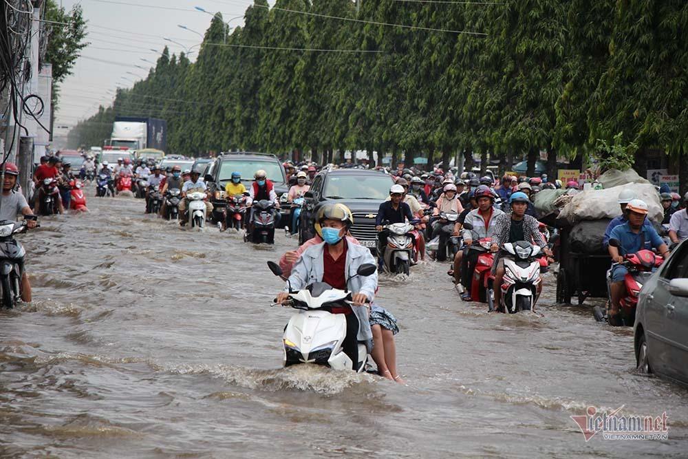 Cả dòng người cưỡi xe máy vượt biển nước Cần Thơ - Ảnh 5.