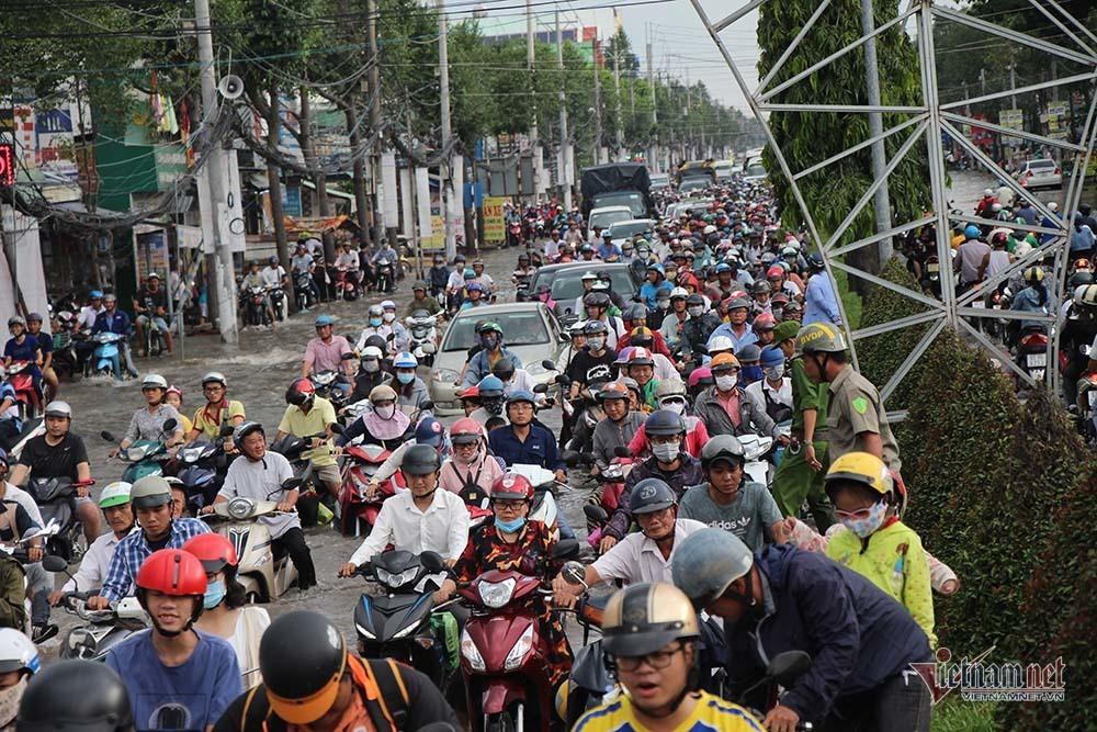 Cả dòng người cưỡi xe máy vượt biển nước Cần Thơ - Ảnh 6.