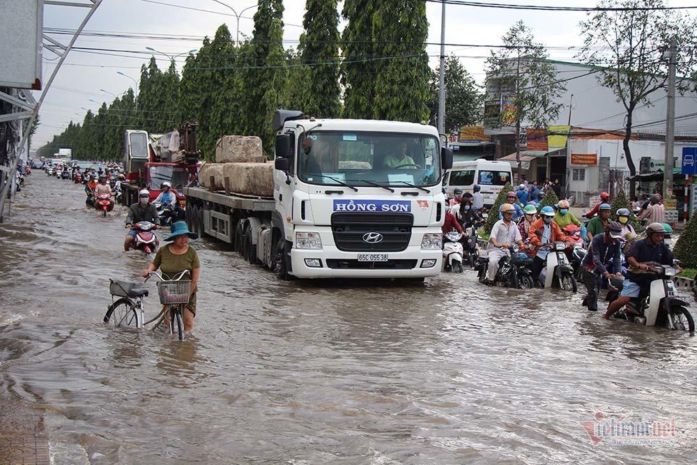 Cả dòng người cưỡi xe máy vượt biển nước Cần Thơ - Ảnh 7.