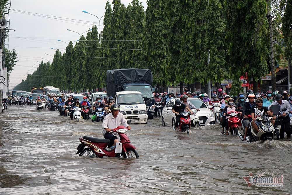 Cả dòng người cưỡi xe máy vượt biển nước Cần Thơ - Ảnh 8.