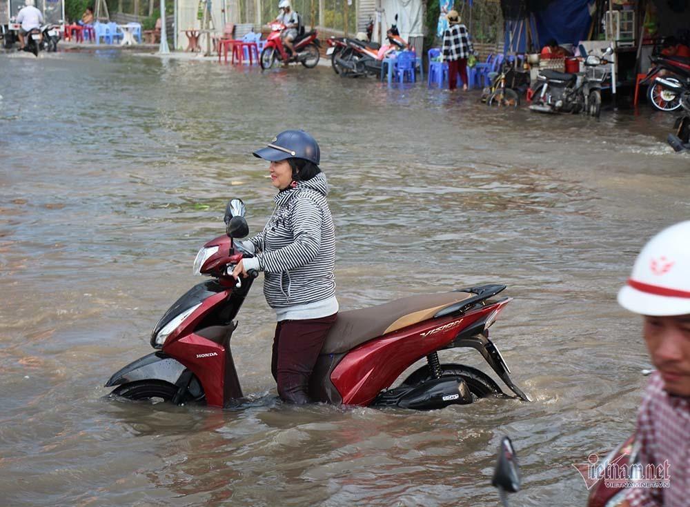 Cả dòng người cưỡi xe máy vượt biển nước Cần Thơ - Ảnh 9.