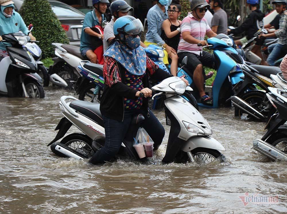 Cả dòng người cưỡi xe máy vượt biển nước Cần Thơ - Ảnh 10.