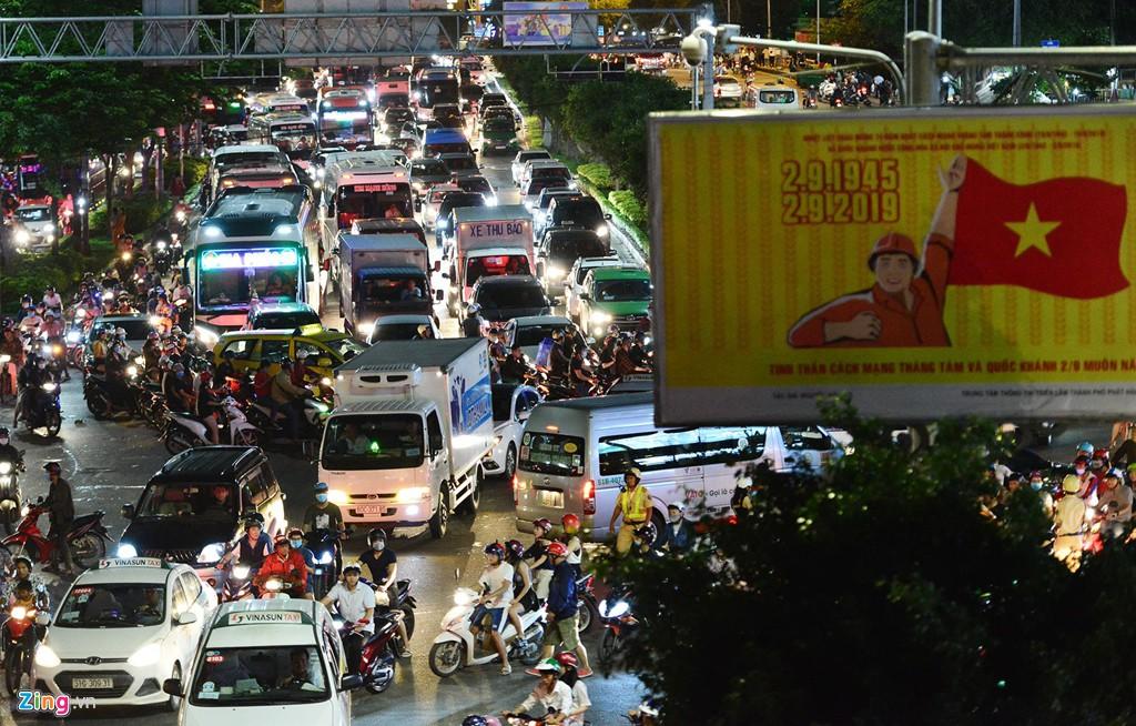 Sài Gòn kẹt xe giữa đêm sau màn pháo hoa 15 phút - Ảnh 1.