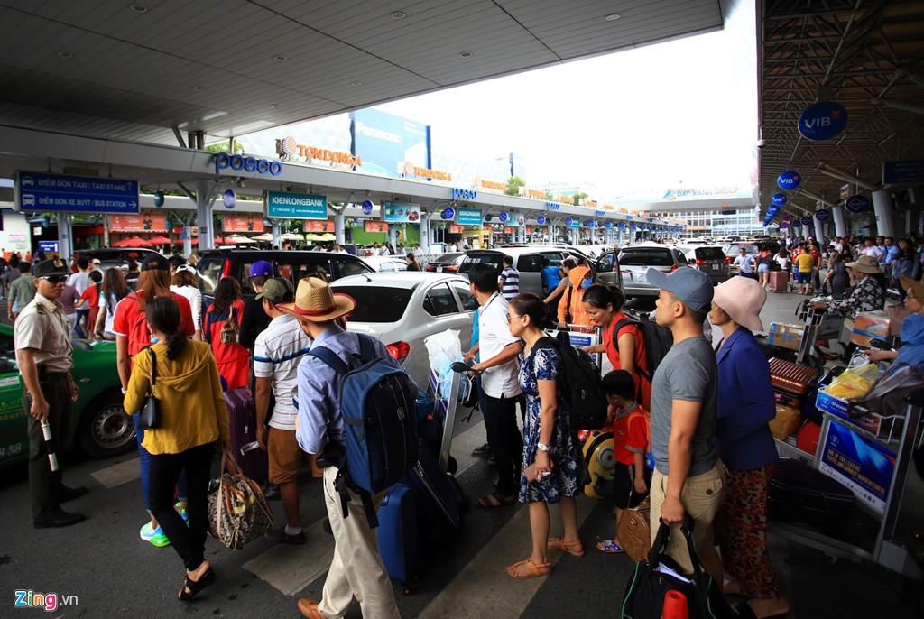 Sân bay Tân Sơn Nhất bên ngoài kẹt xe, bên trong kẹt máy bay - Ảnh 10.