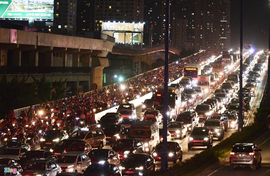Sài Gòn kẹt xe giữa đêm sau màn pháo hoa 15 phút - Ảnh 10.