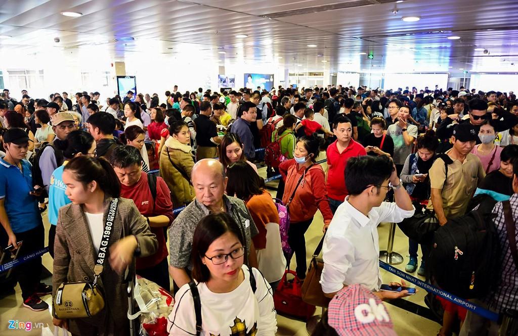 Sân bay Tân Sơn Nhất bên ngoài kẹt xe, bên trong kẹt máy bay - Ảnh 11.