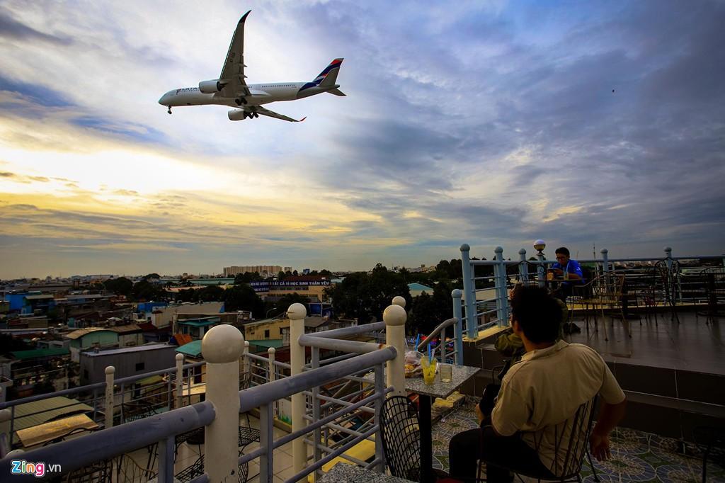 Sân bay Tân Sơn Nhất bên ngoài kẹt xe, bên trong kẹt máy bay - Ảnh 13.