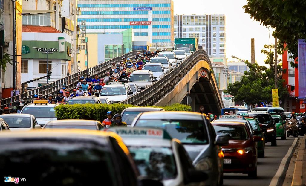 Sân bay Tân Sơn Nhất bên ngoài kẹt xe, bên trong kẹt máy bay - Ảnh 16.