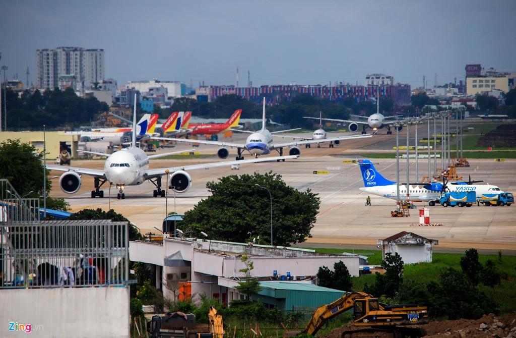 Sân bay Tân Sơn Nhất bên ngoài kẹt xe, bên trong kẹt máy bay - Ảnh 2.