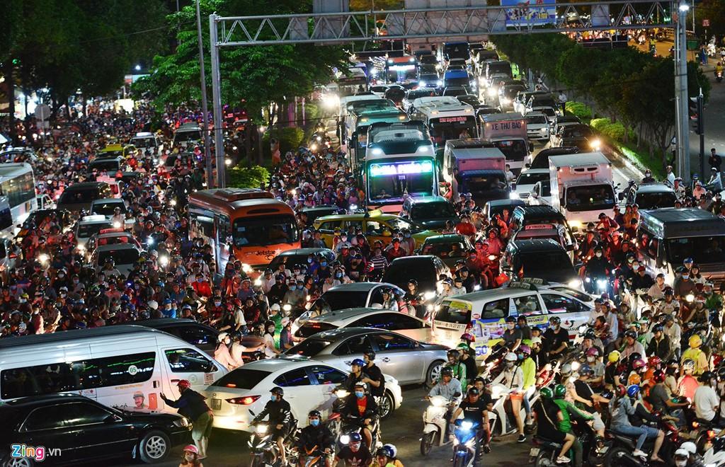 Sài Gòn kẹt xe giữa đêm sau màn pháo hoa 15 phút - Ảnh 2.