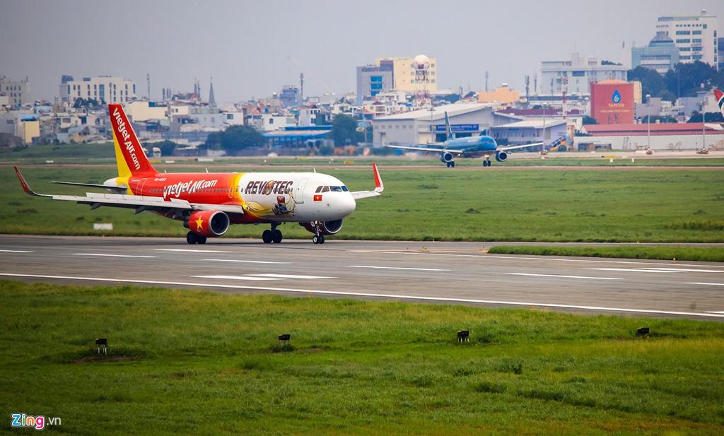 Sân bay Tân Sơn Nhất bên ngoài kẹt xe, bên trong kẹt máy bay - Ảnh 3.