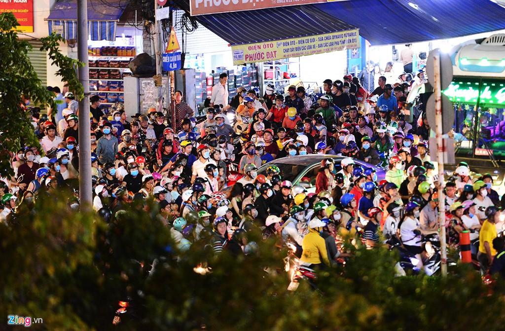 Sài Gòn kẹt xe giữa đêm sau màn pháo hoa 15 phút - Ảnh 3.