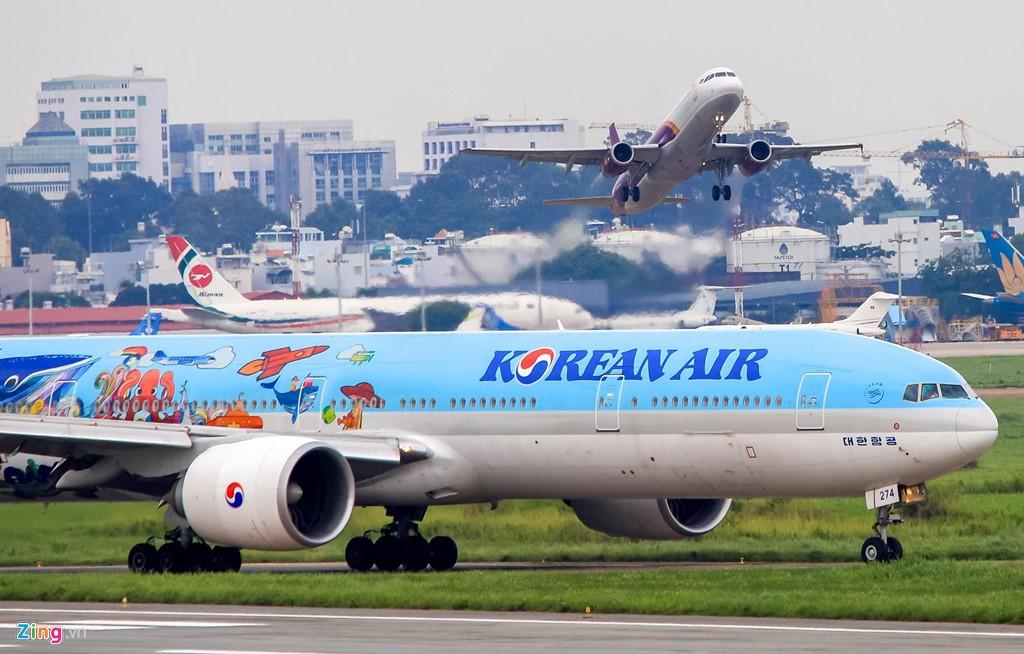 Sân bay Tân Sơn Nhất bên ngoài kẹt xe, bên trong kẹt máy bay - Ảnh 4.