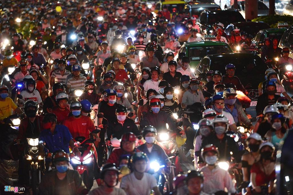 Sài Gòn kẹt xe giữa đêm sau màn pháo hoa 15 phút - Ảnh 4.