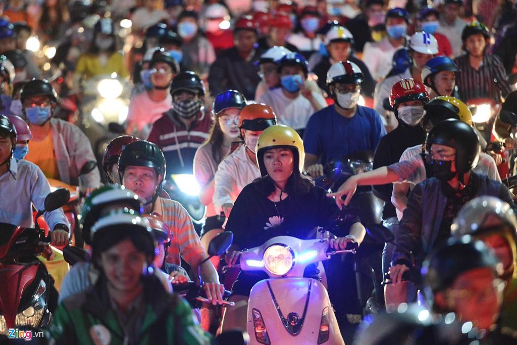 Sài Gòn kẹt xe giữa đêm sau màn pháo hoa 15 phút - Ảnh 5.