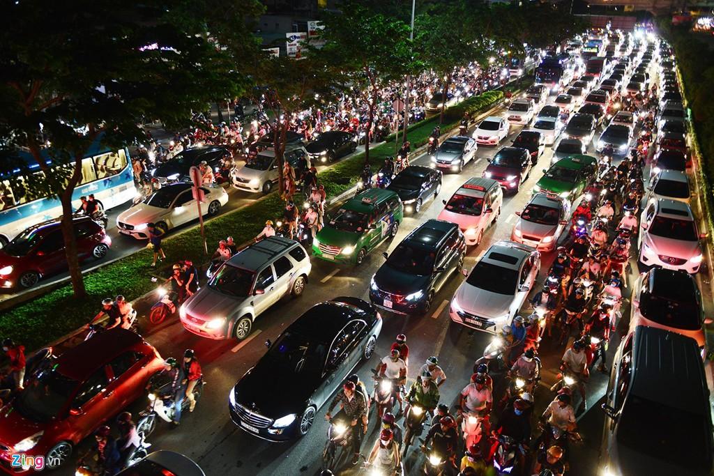 Sài Gòn kẹt xe giữa đêm sau màn pháo hoa 15 phút - Ảnh 6.