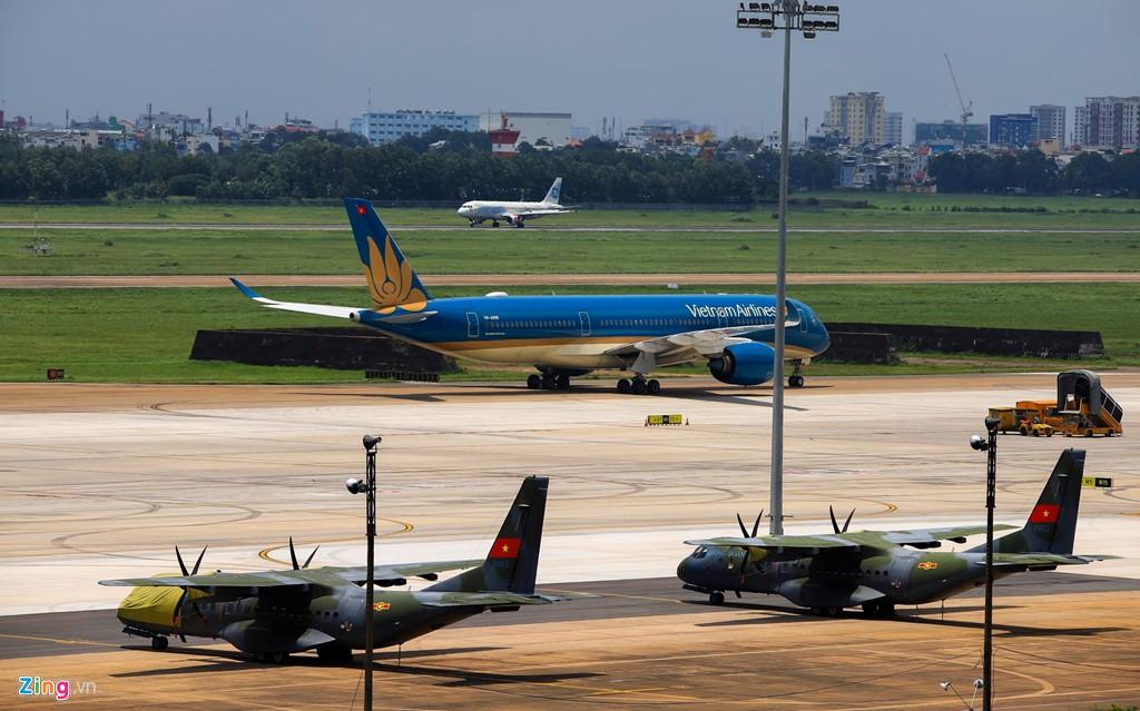 Sân bay Tân Sơn Nhất bên ngoài kẹt xe, bên trong kẹt máy bay - Ảnh 8.