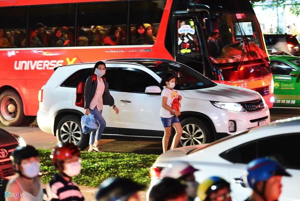 Sài Gòn kẹt xe giữa đêm sau màn pháo hoa 15 phút - Ảnh 8.