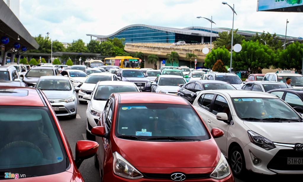 Sân bay Tân Sơn Nhất bên ngoài kẹt xe, bên trong kẹt máy bay - Ảnh 9.