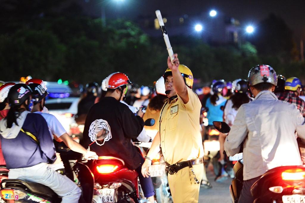 Sài Gòn kẹt xe giữa đêm sau màn pháo hoa 15 phút - Ảnh 9.