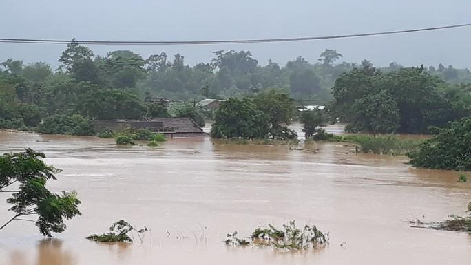 Cận cảnh hàng trăm nhà dân Quảng Trị ngập chìm trong nước - Ảnh 2.