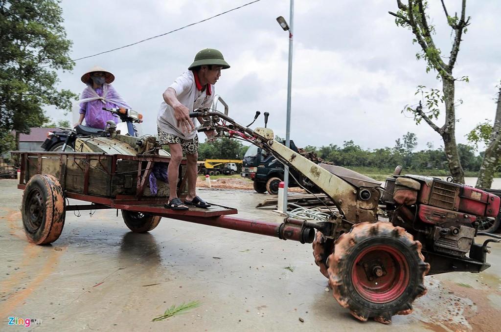 Người dân ôm lợn, lái máy cày 'chạy lũ' - Ảnh 13.