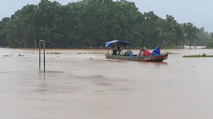 Cận cảnh hàng trăm nhà dân Quảng Trị ngập chìm trong nước - Ảnh 5.