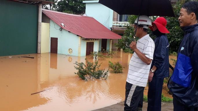 Cận cảnh hàng trăm nhà dân Quảng Trị ngập chìm trong nước - Ảnh 7.
