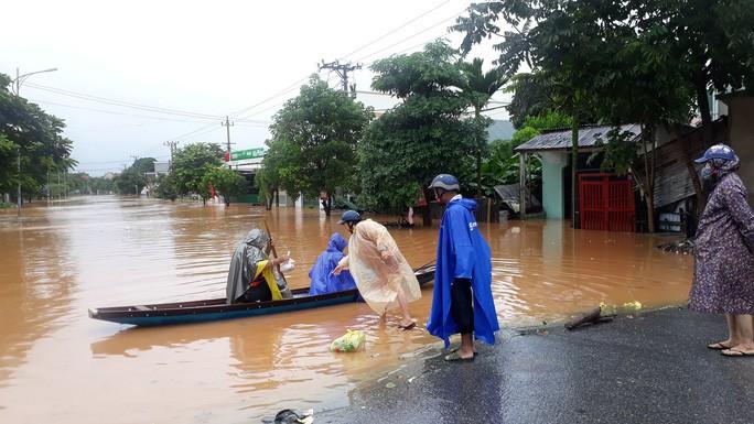 Cận cảnh hàng trăm nhà dân Quảng Trị ngập chìm trong nước - Ảnh 8.
