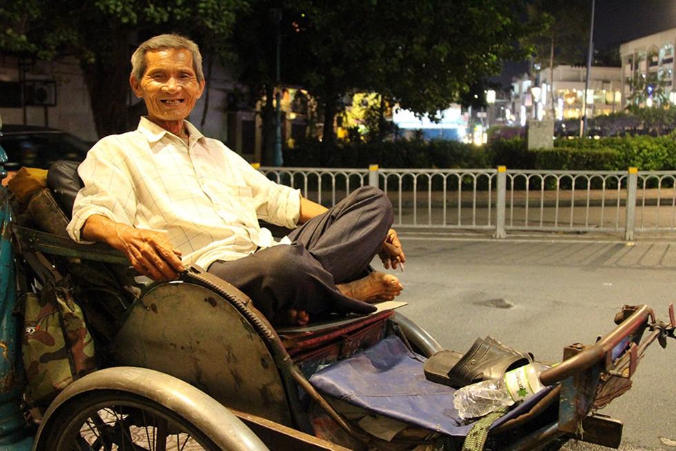 Ông già 76 tuổi đạp xích lô ở Sài Gòn nuôi mẹ già 102 tuổi - Ảnh 2.