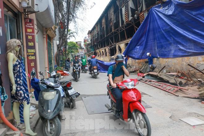 Sau một tuần, công nhân mới phủ bạt hiện trường vụ cháy Công ty Rạng Đông - Ảnh 2.