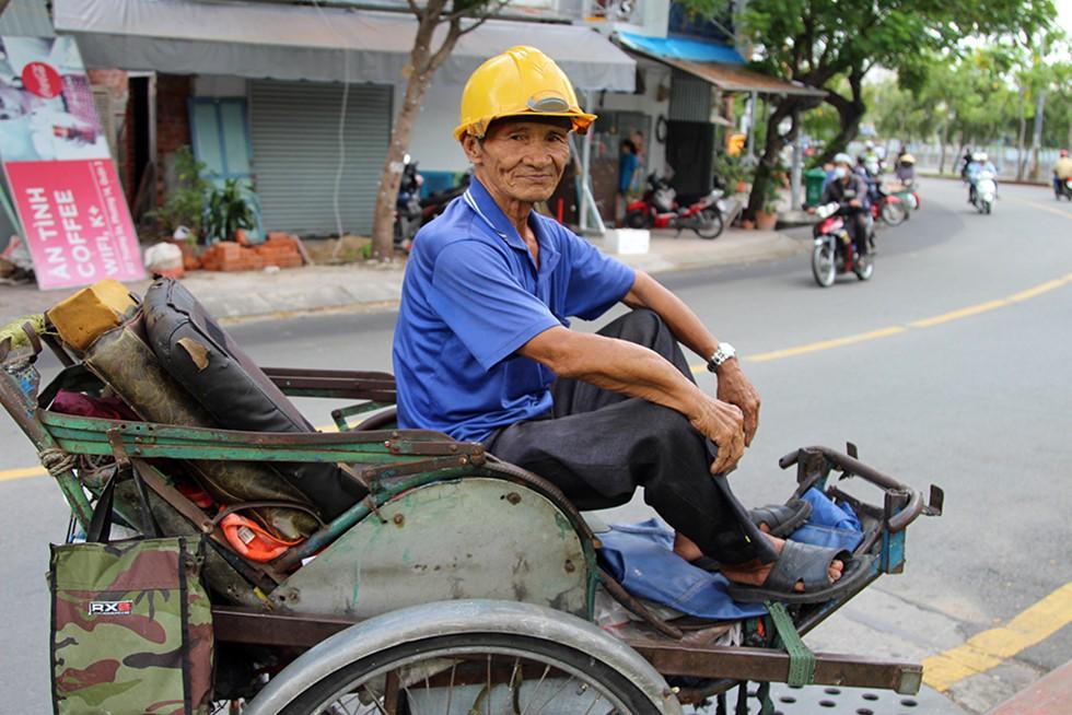 Ông già 76 tuổi đạp xích lô ở Sài Gòn nuôi mẹ già 102 tuổi - Ảnh 3.